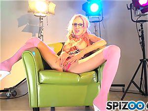Sarah Jessie enjoys to have fun with her vag pie