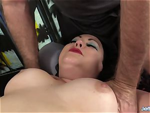 A masseuse Turns a rubdown into an climax Session for bbw Calista Roxxx